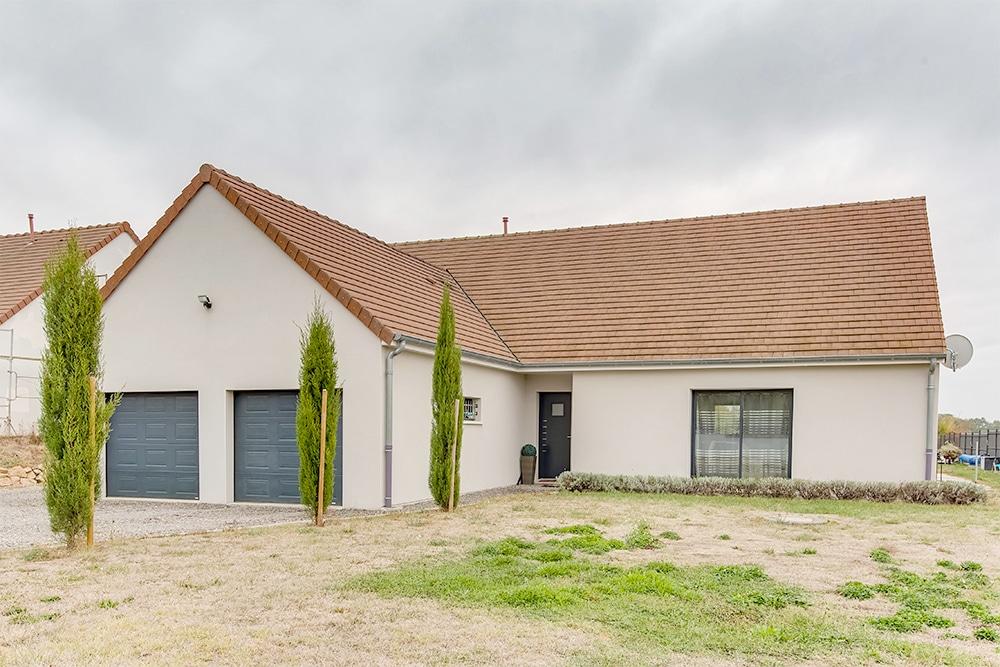 Maison Traditionnelle Avec Plan En L Et Double Garage Photo Et